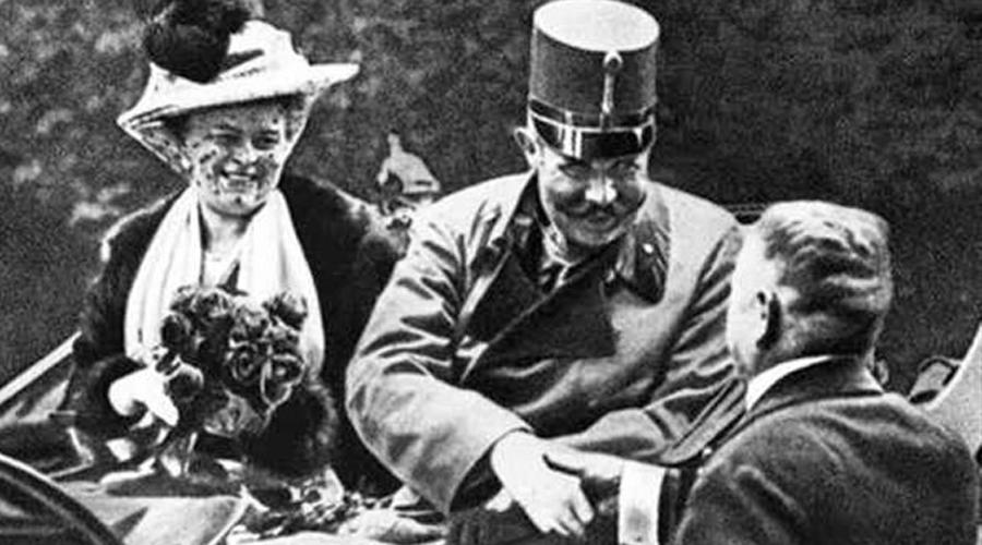 Первая мировая и поворот не туда Все помнят, что поводом для Первой мировой войны послужило убийство эрцгерцога Фердинанда. В Сараево Гаврило Принцип кинул в толпу бомбу, но эрцгерцог не пострадал и даже мужественно решил навестить раненых солдат в госпитале. Однако, водитель дороги не знал и случайно свернул в тупичок. А в тупичке располагалось кафе, куда как раз завернул Принцип, скрываясь от преследования полиции. Второго момента Гаврило уже не упустил.