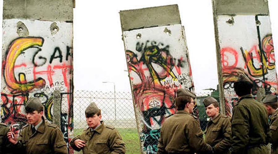 Бумага разрушила Берлинскую стену 9 ноября 1989 года пресс-секретарь Гюнтер Шабовски получил от советских дипломатов обновленную информацию о пропускной системе через Берлинскую стену. Согласно новой директиве, немцы из Восточного Берлина могли посещать Западный по специальным пропускам. Но бюрократы замудрили и Шабовски понял информацию превратно. На пресс-конференции в его версии получилось так, что немцы могут пересечь стену по обычному паспорту. Журналисты уточнили, когда директива вступит в силу, Шабовски сказал — немедленно. Стену разнесли уже через час.