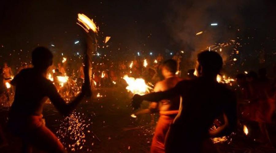 Агни Кели Индия В Мангалоре, Индия, набожные индусы собираются, чтобы успокоить богиню Дургу, бросая горящие пальмовые листья друг на друга. В течение пятнадцати минут разделенные на две группы бойцы буквально сжигают противника заживо, поскольку многие делают настоящие факелы. Конечно, рядом дежурят врачи и раны быстро заливаются водой, но травм все равно множество.