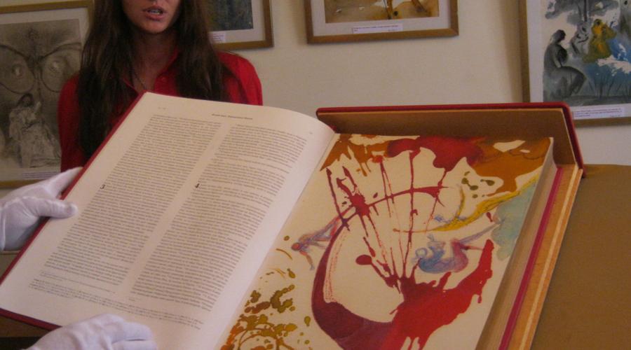 Библия сюрреалистов Идею заняться иллюстрацией библии подал Сальвадору Дали приятель, Джузеппе Альбаретто. Два года гений сюрреализма провел над проектом, но результат того стоил. Библию Дали похвалил сам Папа Римский, однако миряне были очень недовольны иллюстрациями.