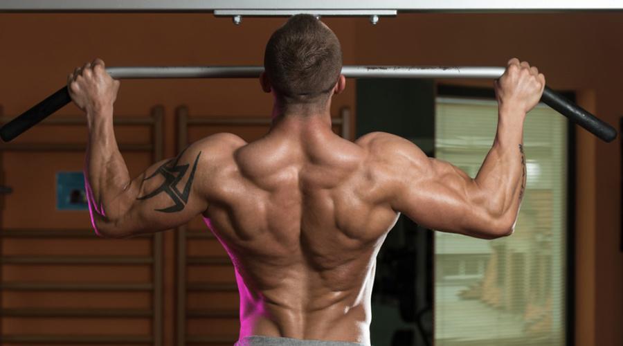 Подтягивания Никакие упражнения с отягощениями не заменят вам обычных подтягиваний. Здесь работает вообще все тело, а различные варианты хвата помогут акцентировать внимание на нужной зоне.