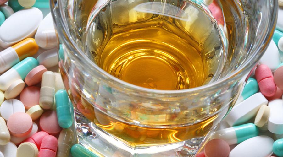 Антидепрессанты Любой алкоголь — сильнейший депрессант. Таблетки справиться с ним не смогут: спирт отменит действие препаратов и вполне может привести даже к гипертоническому кризу.