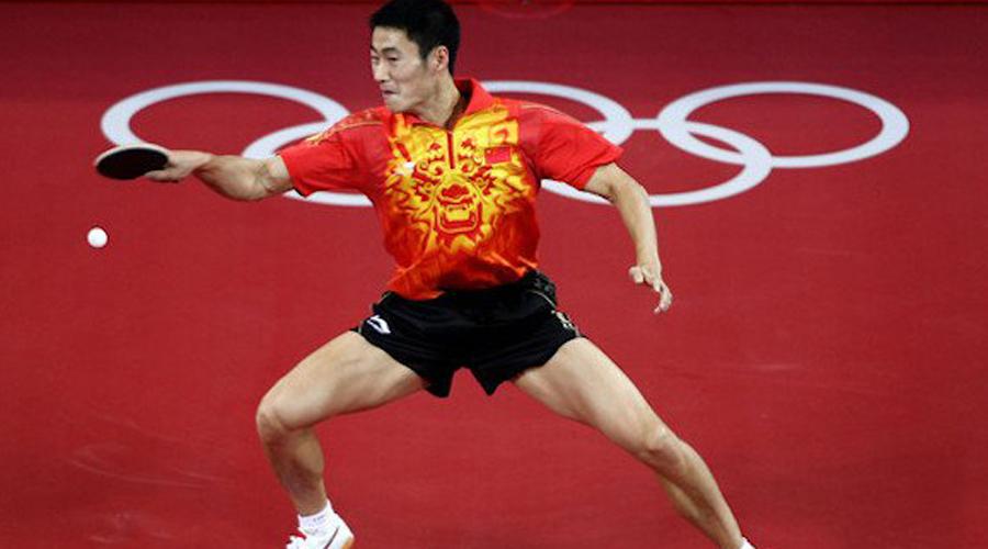 Настольный теннис Настольный теннис чрезвычайно популярен в Китае. Спорт стал частью летних игр в 1988 году и с тех пор в Поднебесную уехало уже 53 золотые медали. Вряд ли какая-нибудь другая страна хотя бы близко подойдет к этому количеству.