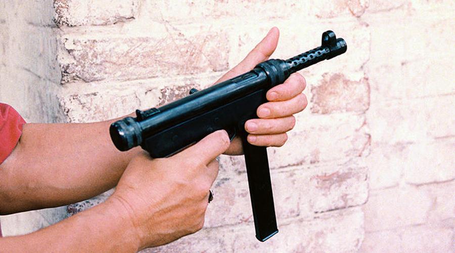 Борз Еще в начале 1990-х годов армянские конструкторы создали довольно удачную модель пистолета-пулемета К6-92. Простое и эффективное оружие пришлось по вкусу чеченским боевикам, выпускавшим его под наименованием «Борз». На территории России кустарно изготовленные «Борзы» пользуются большой популярностью, поскольку не состоят в пулегильзотеке МВД и не имеют официальной маркировки.