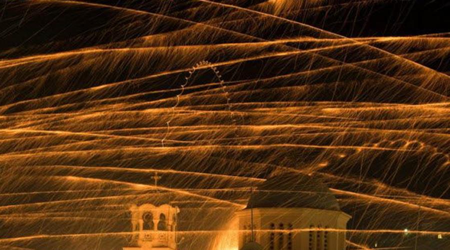 Рукетополемос Греция Пасхальная ночь в Вронтадосе, Греция — не самое мирное время. Две конкурирующие церкви (Святой Марк и Панагия Эритиани) соревнуются друг с другом на протяжении веков. Каждый год обе церкви пытаются поднять свой счет запуская фейерверки в сторону противника. И каждый год минимум 20 человек попадает в больницу с серьезными ожогами.