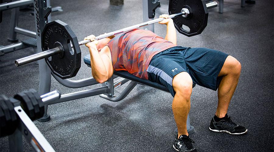 Толчок Жим штанги лежа — идеальное упражнение. Не торопитесь, не берите чрезмерные веса и контролируйте положение рук. В качестве альтернативы можно делать отжимания.