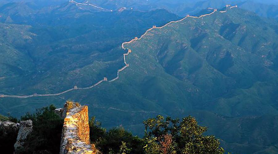 Люди Цинь строили Длинную стену как защиту против варваров. Длинная стена росла вверх, а империя катилась вниз. Люди и сегодня смеются над ней… Как только объявлялось, что стены будут строиться на востоке, Обязательно сообщалось, что орды варваров напали на западе — Ван Сытун, историк