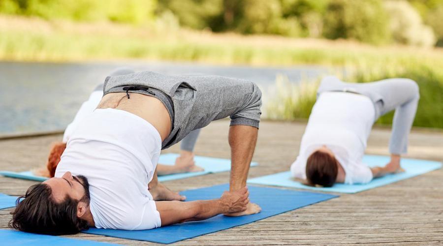 Мостик Мостик вообще никогда никем не выполняется и совершенно зря. Это упражнение очень эффективно развивает абсолютно все мышцы спины, задействует пресс и верхнюю часть груди. Попробуйте включить 2-3 подхода в разминку. Результат будет заметен уже через пару недель.