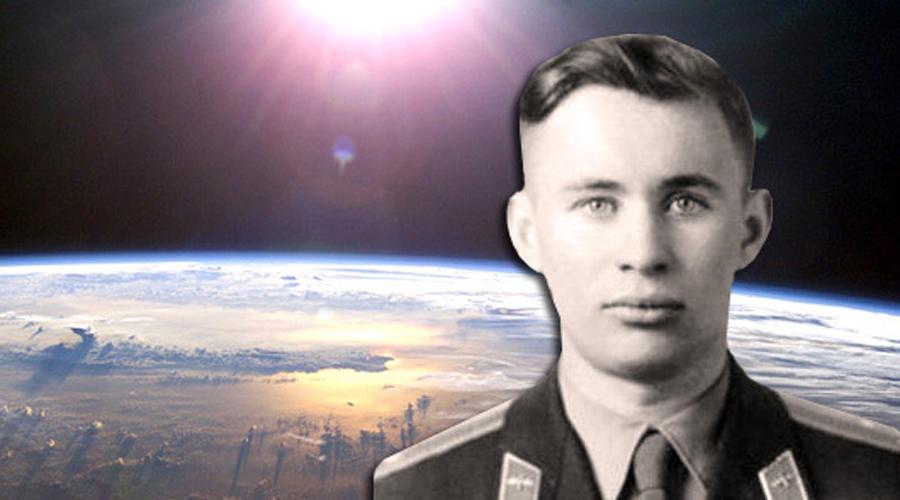 Страшная смерть космонавта Первым человеком в космосе мог стать не Юрий Гагарин, а гораздо более перспективный курсант, Валентин Бондаренко. Но одна из тренировок в сурдобарокамере закончилась ужасной трагедией: парень выронил спиртовую салфетку на раскаленную спираль в камере, начался пожар. Низкое давление не давало открыть дверь целых полчаса и все это время окружающие в панике наблюдали, как 24-летний курсант сгорает заживо. Информация о трагедии Бондаренко появилась только в 1986 году.