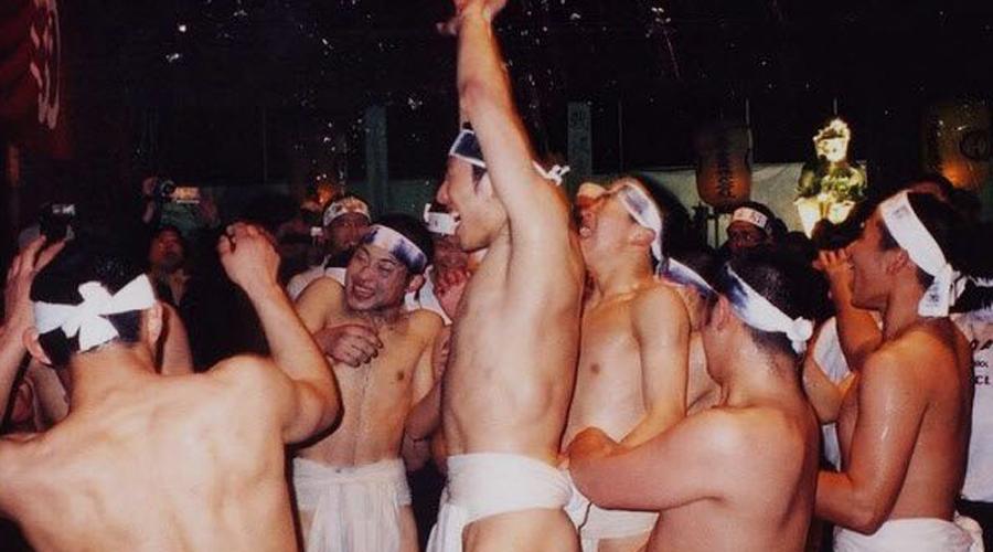 Саидай-джи Эё Хадака Мацури Япония В переводе — Фестиваль голых бойцов. Он проходит каждый год в храме Сайдайдзи в Окаяме. 9 000 мужчин в одних набедренных повязках ждут, пока священник бросает в толпу около 100 священных палочек. Считается, что удача будет предоставлена любому человеку, которому удастся засунуть палку в заполненную рисом коробку, называемую масу. Это непростая задача, учитывая, что человек, который ловит палку, должен бороться со всеми остальными. К сожалению, накал страстей столь велик, что каждый год фестиваль заканчивается смертью нескольких участников.