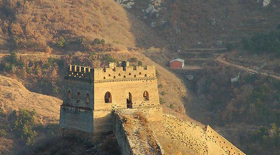 Земляной дракон До сих пор большинство людей верит, что Китайская стена представляет собой уникальное фортификационное сооружение, для той эпохи так и вовсе гениальное. На самом деле, сами китайцы прозвали стену «земляным драконом»: большая часть строения была создана простой утрамбовкой земли и глины между креплениями из прутьев. Судите сами, могла ли какая-то насыпь удержать конницу гуннов. Но зачем тогда вообще было тратить столько сил и средств на бесполезную оборону?