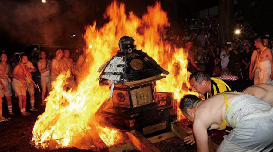 Фестиваль Абаре Япония Также известный как Фестиваль Огня и Насилия, фестиваль Абаре проводится в первую пятницу и субботу июля. Участники не стесняются подпитывать свою злобу и первобытную радость сакэ. Драки на улицах заканчиваются огромным костром перед храмом Ясака — частенько тут горят даже машины, чьи хозяева по незнанию запарковались неподалеку.