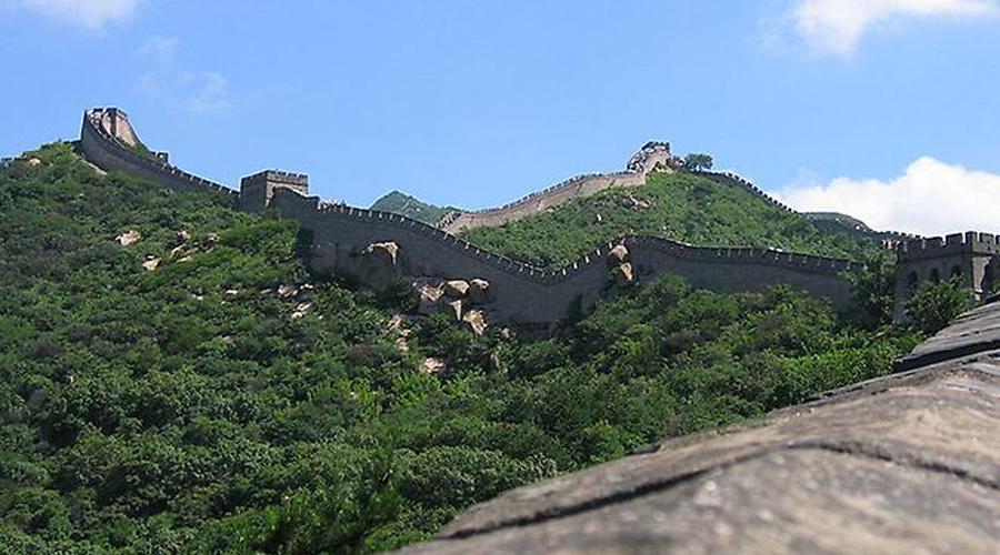 Европейское восхищение Нельзя сказать, что сами китайцы эпохи Цинь относились к Великой стене с каким-то пиететом. Даже простой народ искренне удивлялся, когда первые европейцы в стране с восхищением осматривали сооружение. Однако уже в современном обществе китайцы воспринимают Стену иначе: теперь для них она некий символ способности народа созидать.