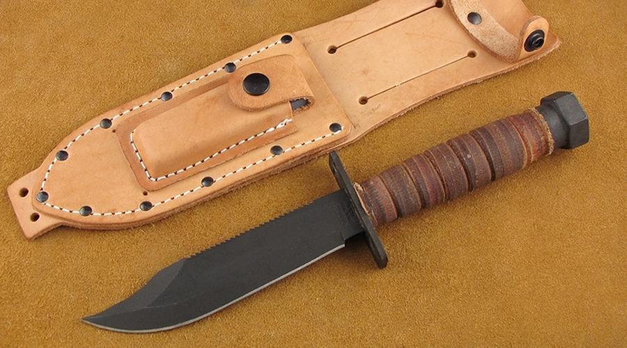 Camillus Jet Pilots' Survival Knife С 1957 года этот нож стоит на вооружении американских военных летчиков. Обратите внимание на противовес, расположенный на навершие рукояти: в экстремальной ситуации он используется для дробящих ударов по суставам противника.