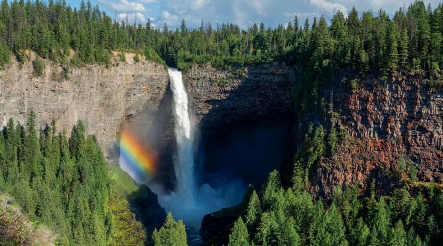 Водопад Хельмке К водопаду Хельмке паломничество туристов не прекращается круглый год. Вода обрушивается с высоты в 140 метров, а внизу природа позаботилась создать своеобразную скальную чашу. Зимой, когда температура значительно падает, посреди чаши образуется ледяной конус воды, вырастающий на целых 30 метров.