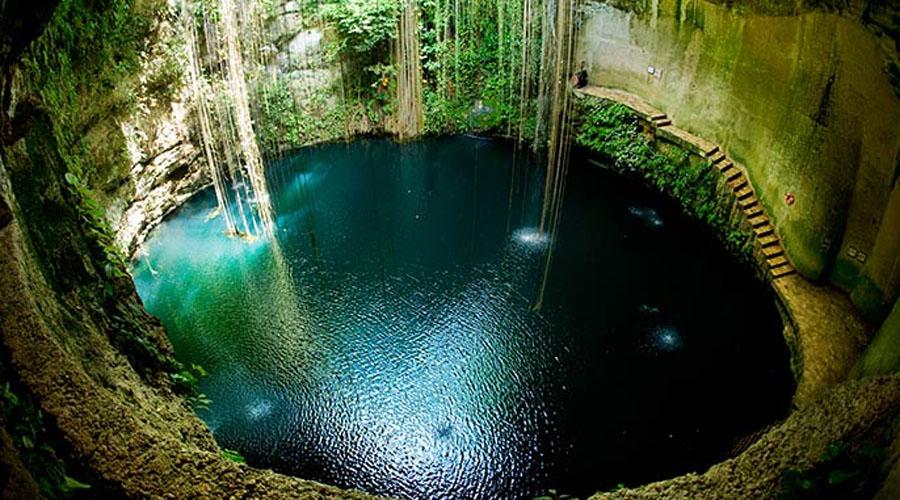 Сенот Ик-Киль Опытные дайверы очень любят исследовать мексиканские сеноты (перевести название можно как «источник»). Представьте себе огромный провал, на дне которого плещется глубокое озеро! Сенот Ик-Киль расположен неподалеку от древней столицы майя, Чичен-Ица.