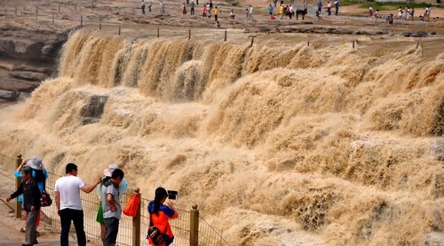 Хуан Хэ Третья по длине река во всей Азии, которая к тому же имеет репутацию одной из самых опасных и разрушительных рек в мире. Что там говорить, ведь другое имя Хуан Хэ — Река Скорби! За последние 10 лет река меняла русло 26 раз, что вызвало 1500 наводнений, от которых погибло несколько миллионов людей.