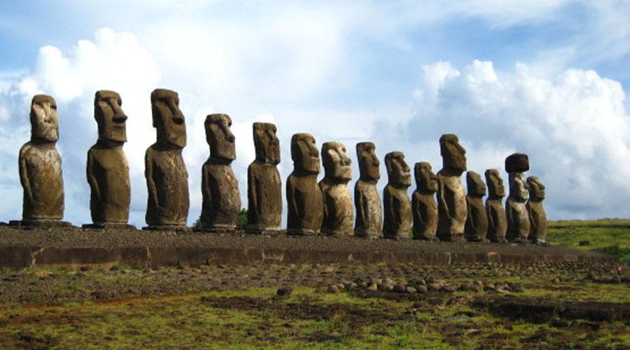 Остров Пасхи Ученые до сих пор не имеют однозначной версии возникновения знаменитых скульптур-моаи. Откуда туземцы брали камень и как доставляли многотонные статуи на места? Увидеть моаи своими глазами стоит однозначно. Правда, нужно поторопиться: месяц назад коренное население острова, племя Рапа-Нуи, подняло вопрос о запрете открытого въезда на свою территорию. Если закон примут, то туристам придется пройти настоящий бюрократический ад, чтобы полюбоваться скульптурами.