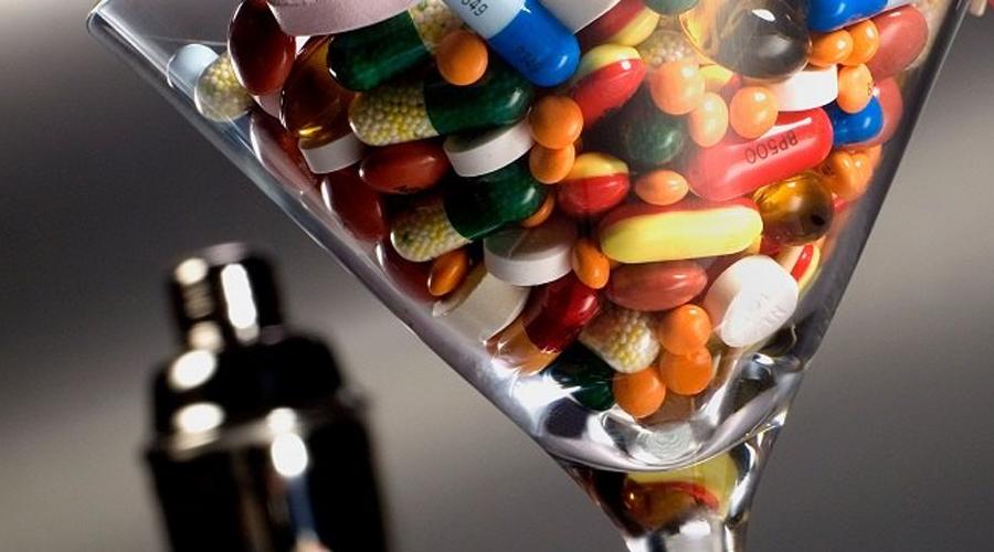 Спазмолитики Обычно препараты для расширения сосудов назначают «сердечникам». Но алкоголь и сам по себе имеет сосудорасширяющее свойство. Таким образом, крепкие напитки в сочетании со спазмолитиками приводят к острой сосудистой недостаточностью, чреватой даже смертью.