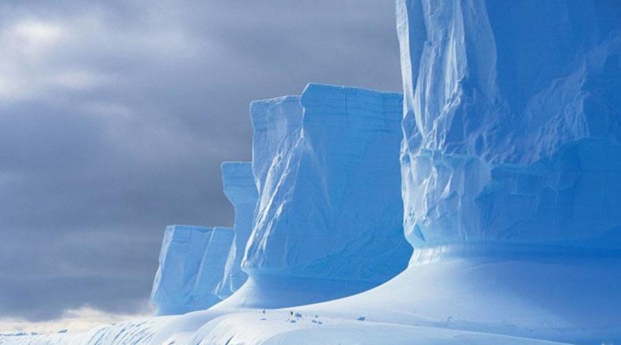 Антарктида Глобальное потепление не миф, не верьте бульварной прессе. Согласно последним исследованиям, скорость таяния ледяного покрова Антарктиды возрастает с каждым годом. Ученые NASA лоббируют закон, запрещающий коммерческим судам входить в антарктические воды. Есть шанс, что в ближайшее десятилетие попасть на материк смогут только научные экспедиции.