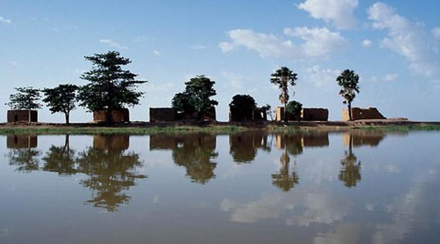 Нигер Когда эта река длиной в 4 180 км выходит из берегов, гибнет все окружающее. Города размывает, а сельхозугодья превращаются в гиблые болота. Миллионы африканцев умерли от голода после разлива Нигера в 2010 году.