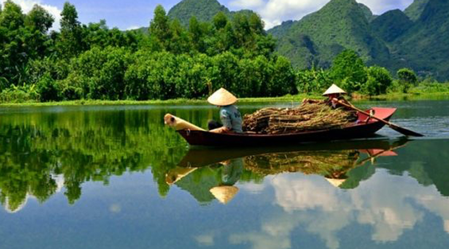 Меконг Протяженность Меконга 4350 километров. Эта река протекает через Китай, Лаос, Камбоджу, Вьетнам, Бирму и Таиланд. По всей длине в небольших заводях нашли себе пристание опасные сиамские крокодилы. Наводнения Меконг устраивает довольно часто: последнее случилось в 2000 году и стоило жизни 130 людям.