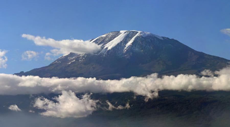 Килиманджаро Великая гора потеряет свой снежный покров уже в ближайшее десятилетие. Всего за век Килиманджаро уже лишилась 92% снегов и те, кто хотят застать ее первозданную красоту, должны поторопиться.