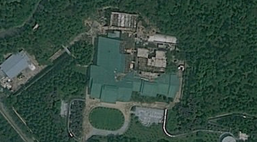 Резиденция Рёнсон Как думаете, заботится ли Ким Чен Ын о собственной безопасности? Еще как! Резиденция окружена электрическим забором, по периметру которого бродят вооруженные охранники. Зачем они нужны не ясно, ведь сразу за воротами располагается еще и минное поле. Подземное убежище выдерживает ядерный взрыв и имеет разветвленную сеть тоннелей, связывающих Рёнсон с секретными убежищами чучхе.