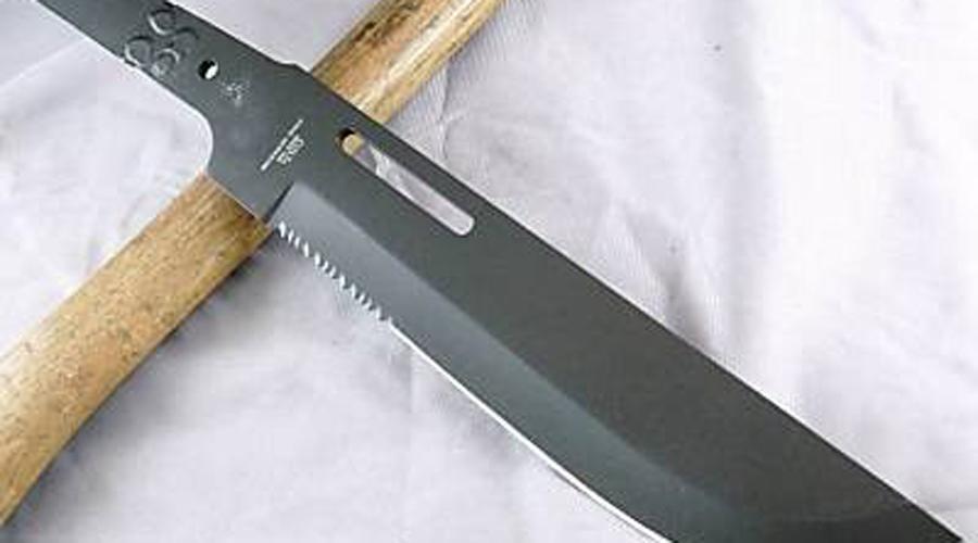 Colt CT45 Jungle Commander Боевой нож, больше смахивающий на серьезное мачете. Обратите внимание на рукоять, размещенную под углом к самому клинку: такое расположение позволяет оператору нанести сильный рубящий удар.