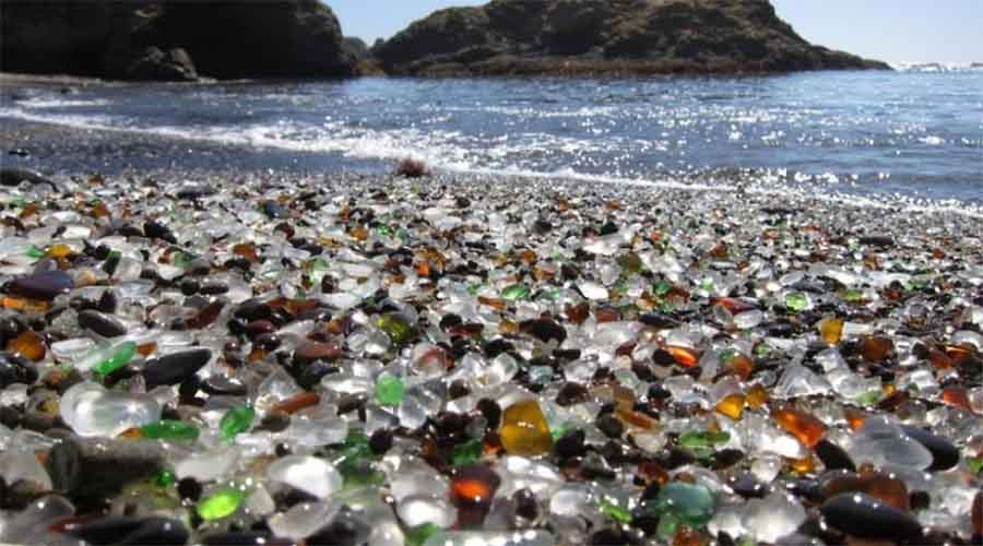 Стеклянный пляж США Неподалеку от небольшого городка Форт-Брэгг (Калифорния) расположен один из самых странных пляжей во всем мире. Вообще-то, раньше здесь была самая настоящая свалка, а теперь океан обточил выброшенное стекло, превратив его в уникальные «драгоценные камни».
