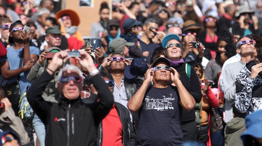Пренебрегать очками Солнечные очки нужны даже зимой. Ну и что, что холод? Отраженные от снега солнечные лучи еще более опасны и вполне способны вызвать ожог роговицы, рак кожи и катаракту.