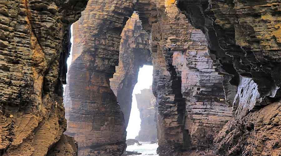 Пляж Кафедральных соборов Испания Вода проточила скальные образования у берега, превратив их в самый настоящий готический собор. Конечно, никаких священников тут не встретить, а поклоняться можно разве что природе-матушке.
