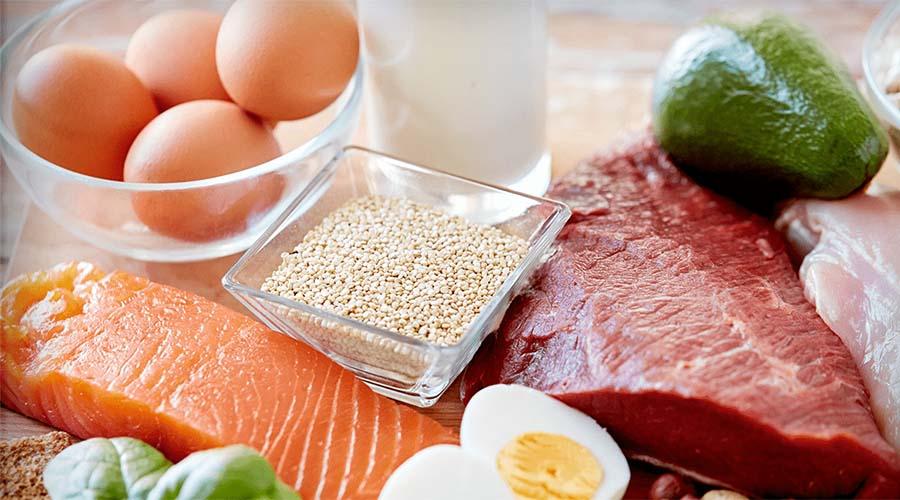 Еда Нужно оговориться, что только сбалансированным питанием поднять уровень гемоглобина быстро не выйдет. Однако, правильно составленное меню с обилием мяса, злаковых, овощей, фруктов и орехов способно поддерживать организм в норме уже после лечения.