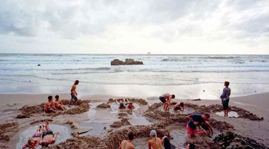 Кипящий пляж Новая Зеландия Под поверхностью Кипящего пляжа скрыты три больших геотермальных источника. Если прокопать ямку, то можно соорудить самую настоящую ванную. Температура воды доходит до 65 градусов Цельсия — чем глубже ямка, тем горячее.