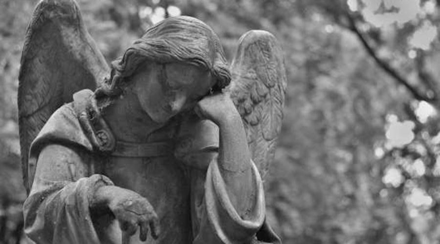 Религиозный фанатизм Постоянные размышления о смерти играют с нашим разумом плохие шутки. Склонные задумываться о вечном люди, как правило, более религиозны, более догматичны и более консервативны. Психологи полагают, что таким образом человек пытается утихомирить страх смерти символическим бессмертием: идентификация с определенной национальностью, повышенная забота о детях (то есть, будущем), контроль общественных норм и полное неприятие аутсайдеров.
