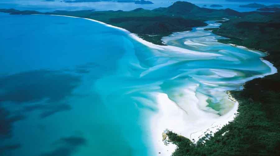 Белоснежный пляж Австралия Песок пляжа Уайтхэвен на 97% состоит из диоксида кремния. Он почти не нагревается, а белоснежный цвет вполне объясняет название, данное пляжу.