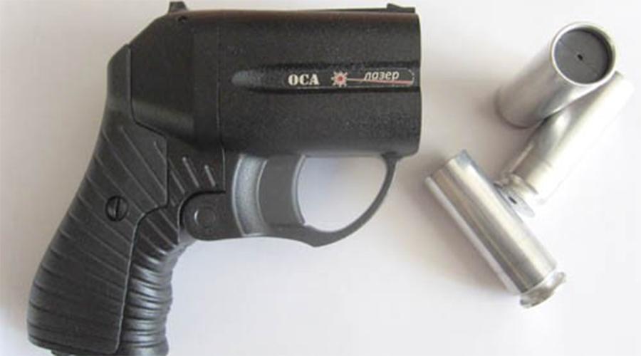 Оса Сегодня многие воспринимают «Осу» устаревшей классикой. Пистолет и в самом деле выглядит не очень-то угрожающе, зато до сих пор остается чуть ли не лучшим травматическим оружием в мире. Резиновая пуля «Осы» весит 11,6 грамм и при попадании валит с ног даже человека крупной комплекции. Дульная энергия — 120 Дж.