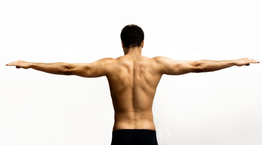 Плечи Простое упражнение, которым можно заниматься не отходя от рабочего места. Сядьте прямо, ступни на полу, спина не касается спинки стула. Руки расслаблено висят. Контролируя положение шеи, пожимайте плечами. Сделайте три подхода по 10-15 раз каждый.