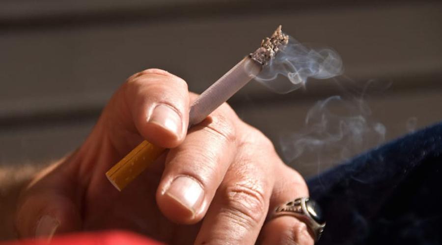 Курить Совсем недавно врачи выяснили, что курение представляет серьезную опасность не только для легких, но и для зрения. Дело в том, что курение повышает риск дегенерации желтого пятна и да, от этого вполне возможно ослепнуть.