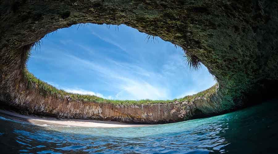 Спрятанный пляж Острова Мариетас Мексиканское правительство использовало эти острова в качестве военного полигона. В результате взрывов обрушился вниз свод гигантского подземного грота и получился своеобразный бассейн под открытым небом.