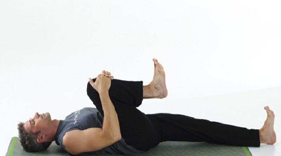 Подтягивание колена Это упражнение очень похоже на предыдущее. Обе ноги согнуты в коленях, ступни плотно прижаты к полу. Тяните одно колено к груди и держите его 15-20 секунд. Поменяйте ногу, повторите. Сделайте 3-4 подхода.