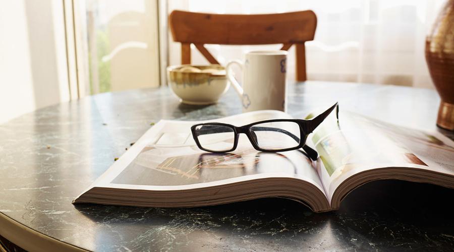 Читать лежа Да, этот знакомый многим с детства факт и в самом деле имеет научное обоснование. При чтении лежа мышцы глазного дна напрягаются больше и под непривычным углом, что приводит к быстрому развитию близорукости.