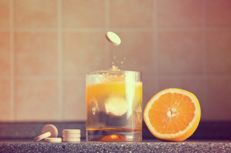 Витамин C Клинические исследования не показали никакого влияния витамина С на простудные заболевания. Так что не нужно поддаваться рекламным уловкам: взрослому мужчине в день достаточно получать всего 90 мг этого витамина.