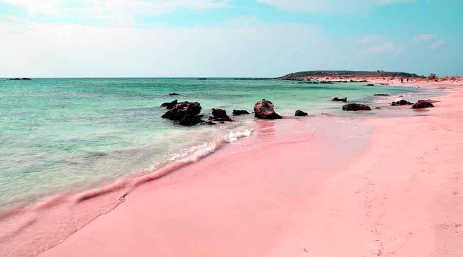 Пляж розового песка Греция Таких пляжей по миру разбросано несколько. Необычный цвет проявляется из-за пигмента, образующегося из мертвых красных кораллов. Кроме Крита, увидеть розовые пляжи можно на Багамских островах и острове Комод.