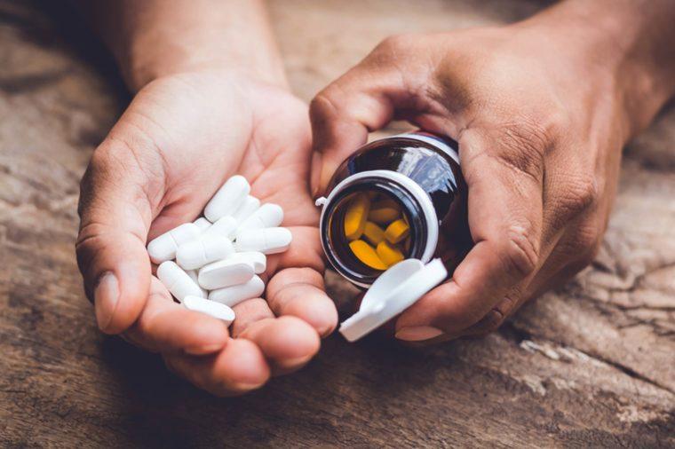 Цинк Производители витаминов уверяют, что цинк очень действенное вспомогательное средство при простуде. Ничего подобного. Излишек цинка отрицательно влияет на работу щитовидной железы, поэтому принимать его не стоит.