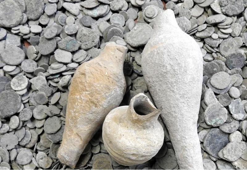 Чемодан с боспорскими драгоценностями В 1926 году в захоронении на Керченском полуострове были найдены и переданы в областной историко-археологический музей сокровища III–V веков нашей эры, среди которых – золотые и серебряные монеты времен понтийского царя Митридата VI Евпатора, пантикапейские и боспорские золотые монеты, ювелирные украшения и многое другое. В сентябре 1941 года, когда возникла серьезная угроза оккупации Крыма немецкими войсками, директор музея и секретарь горкома сложили готскую коллекцию в фанерный чемодан и вместе с остальными эвакуированными экспонатами на пароме перевезли его через Керченский пролив, затем на машине в Краснодар и, наконец, в Армавир. В «золотом чемодане» было 719 предметов из золота и серебра общим весом около 80 кг. Здание, в котором хранились эвакуированные ценности, было полностью разрушено при бомбардировке, когда вермахт уже полностью окружил район. В 1980-х годах исследователи установили, что хранители успели вновь вывезти чемодан – на этот раз к партизанам, в станицу с говорящим названием Спокойная. Драгоценный чемодан ищут в Краснодарском крае до сих пор.