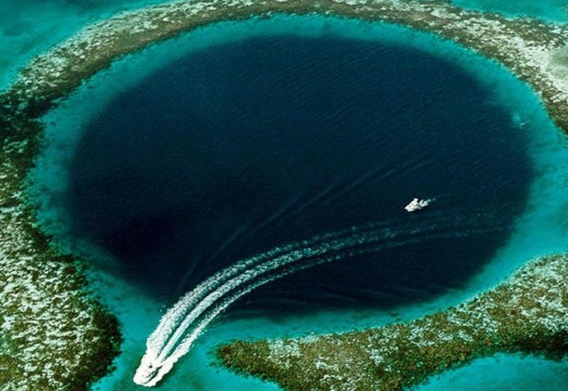 Атолл Бикини, Маршалловы острова – Убийственная красота Некогда прекрасный коралловый атолл стал всемирно известен в 1950-х годах благодаря испытаниям ядерного оружия. Всего на Маршалловых островах было взорвано около 70 зарядов, из них 23 – непосредственно на Бикини (на земле, под водой или в воздухе). Как ни странно, на атолле есть люди: несмотря на до сих пор зашкаливающий уровень радиации, ученые регулярно проводят мониторинг того, что осталось от почвы и кораллов, пытаясь найти способы дезактивации смертельных изотопов.