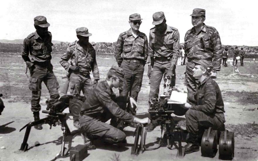 Рэмбо в Анголе В конце 1970-х и начале 1980-х Африка была важной территорией для спецслужб. Нужно было отслеживать новые образцы оружия, появлявшиеся у противника. Военные захватывали ценное оружие у повстанцев и отправляли его в Москву. Целью операции был захват переносного зенитно-ракетного комплекса «Стингер», однако в то время его так и не получилось раздобыть. Однако в 1976 году в районе Донду удалось заполучить китайский танк Т-59. Владимир Заяц, передавший танк в руки спецназа, получил награду «За боевые заслуги».