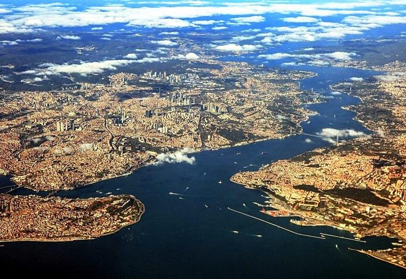 Босфор-2 и остров Стамбул Узкий Босфорский канал настолько загружен, что Турция уже давно готовит проект строительства судоходного канала из Черного моря до Мраморного моря в обход Босфора. При этом северная часть Стамбула должна стать большим островом: с востока будет старый пролив Босфор, а с западной – новый канал Босфор-2. Проект исключительно дорогостоящий даже по современным меркам, но его реализация должна с лихвой окупить затраты: плановая пропускная способность канала – 85 тысяч судов в год.