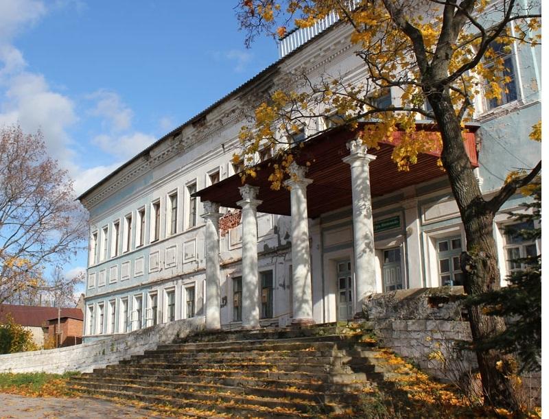 Клад в Орлином гнезде Во второй половине XVIII века богатый тульский заводчик Андрей Баташев основал в Рязанской области поселок Гусь-Железный для разработки залежей железной руды, построил завод и грандиозную усадьбу, названную Орлиным гнездом. Еще больше разбогатев, Баташев передал управление делами брату и сосредоточился на постройке усадьбы. Он также часто наведывался в Москву – по свидетельству современников, откровенно соря деньгами. Возможно, он занимался разбоем: несмотря на заявленное Баташевым искоренение всех шаек на его землях, грабежи проезжих обозов продолжались и дороги губернии считались одними из самых опасных. Триста крестьян, согнанных на работы внутри усадьбы – как полагают, для строительства подземных ходов и тайников, – бесследно исчезли. Баташеву покровительствовал князь Потемкин, второй человек в государстве во времена Екатерины II. После смерти Потемкина в Орлиное Гнездо прибыла правительственная комиссия, которая в числе прочего искала ни много ни мало тайный монетный двор. Не было обнаружено ни нелегального производства, ни значительных денежных средств. Комиссия уехала ни с чем, а Баташев сократил контакты с внешним миром до минимума. Он умер в 1799 году, не оставив после себя почти никаких материальных ценностей, – а ведь современники были убеждены, что он скопил огромное состояние. Сейчас Орлиное гнездо имеет статус государственного исторического памятника, и проведение раскопок там невозможно. Впрочем, сокровища могут быть спрятаны вне территории усадьбы.